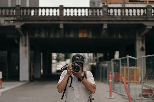 おとこ, ぼかし, カメラ, カメラを持つ人の無料の写真素材