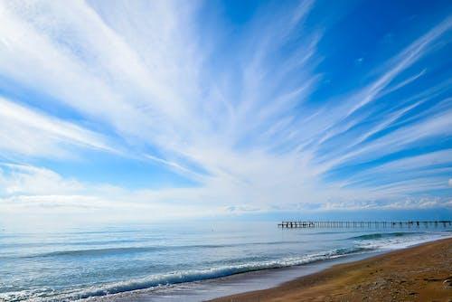 Gratis lagerfoto af anløbsbro, blå, blå himmel, bølger
