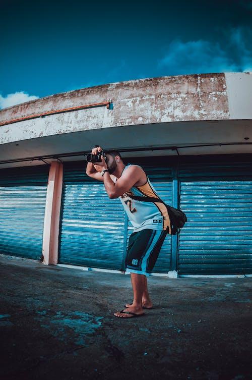 Fotos de stock gratuitas de calle, fotógrafo, haciendo una foto, hombre