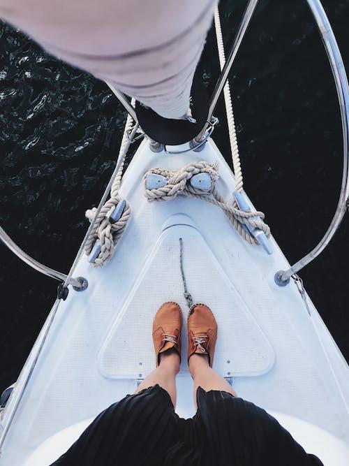 ayakkabı, ayakkabılar, bacaklar, deniz aracı içeren Ücretsiz stok fotoğraf