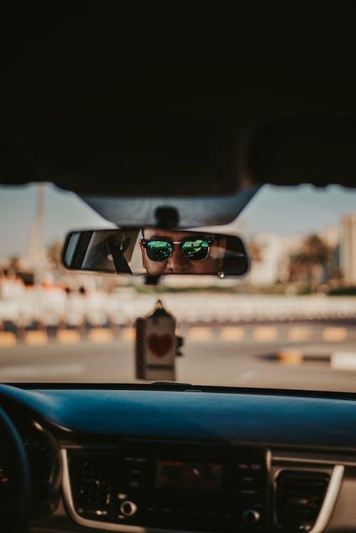 Fotobanka sbezplatnými fotkami na tému auto, auto zrkadlo, čelné sklo, cesta