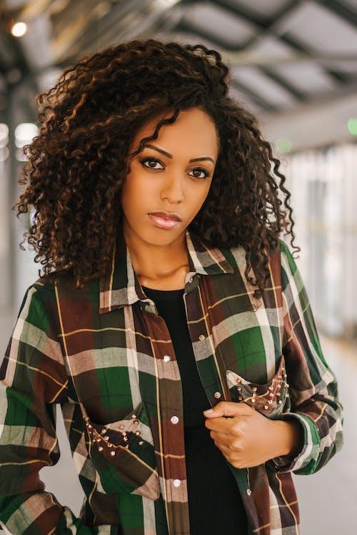 Darmowe zdjęcie z galerii z afroamerykanka, atrakcyjny, czarna kobieta, dreadlock
