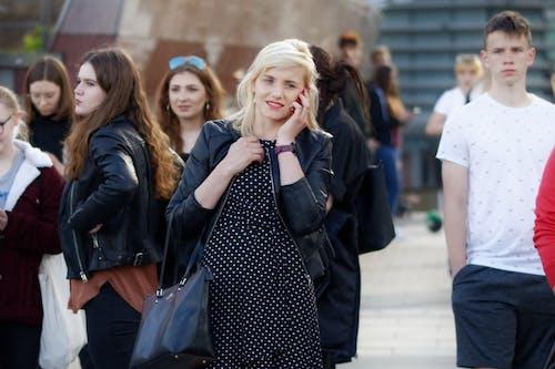 Безкоштовне стокове фото на тему «вагітна, вагітна молода жінка виступаючи телефон, Вулиця, Вулична фотографія»