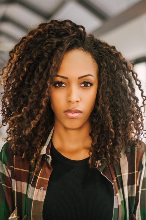 Gratis stockfoto met aantrekkelijk mooi, Afrikaanse vrouw, Afro-Amerikaanse vrouw, casual kleding