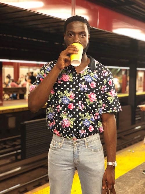 Základová fotografie zdarma na téma focení, káva ssebou, ležérní oděv, muž
