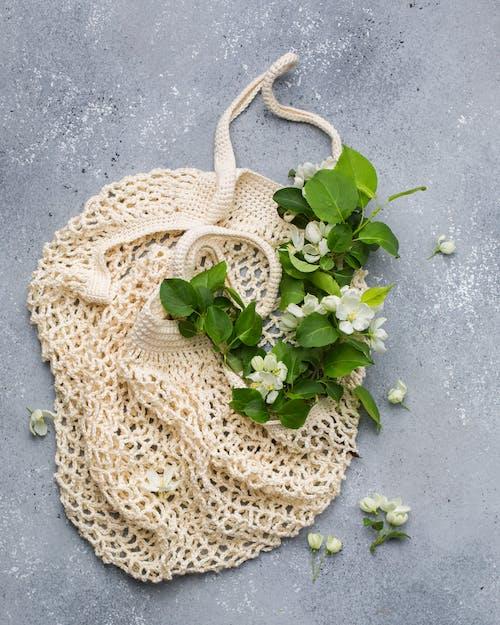 Bej Ağ çanta üzerinde Beyaz Yapraklı çiçekler