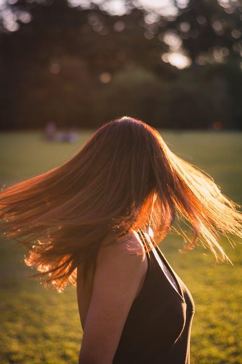 公園, 咖啡色頭髮的女人, 女人, 拍照片 的 免費圖庫相片