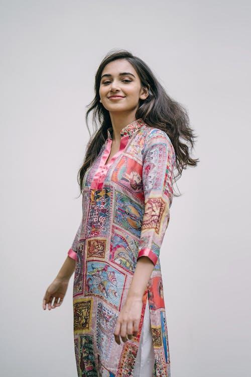 Immagine gratuita di abbigliamento casual, carino, contento, donna