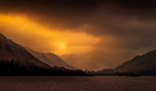 Gratis arkivbilde med bakbelysning, daggry, fjell, himmel