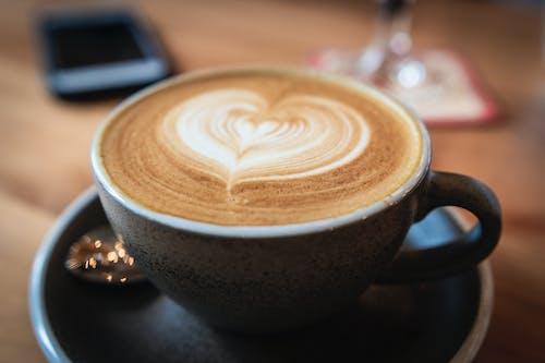 Foto De Close Up De Foco Seletivo De Cappuccino Em Caneca De Cerâmica Cinza Com Pires