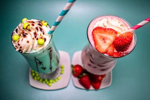 çilekler, fotoğraf çekimi, kamış, milkshake içeren Ücretsiz stok fotoğraf