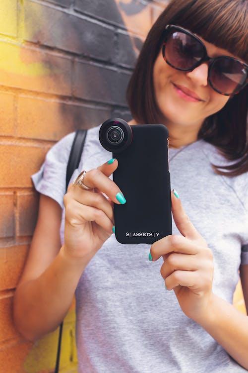 Foto stok gratis atraktif, bagus, handphone, kacamata hitam