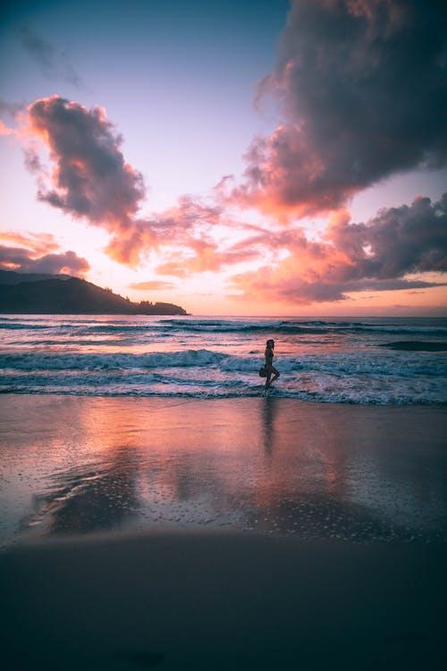 Бесплатное стоковое фото с вода, восход, горизонт, женщина