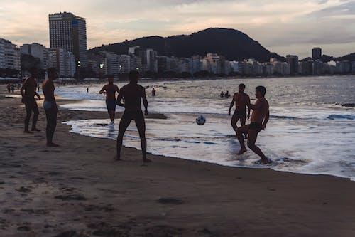 Бесплатное стоковое фото с берег, группа, друзья, люди