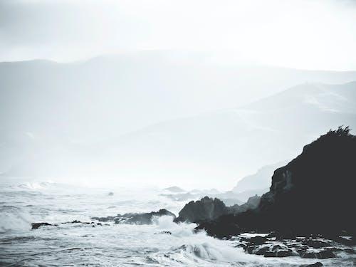 Foto profissional grátis de abismo, costa, disjuntores, enevoado
