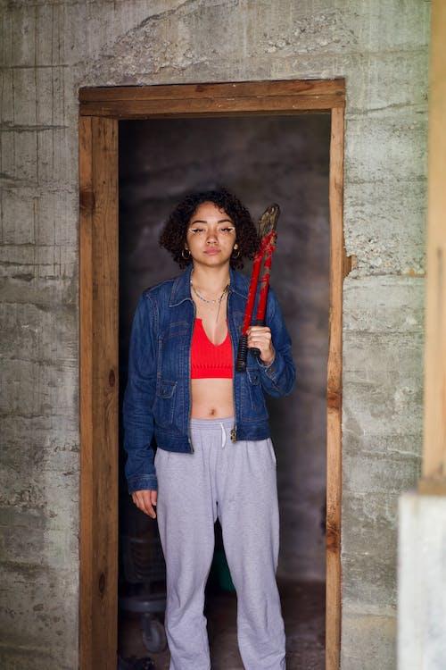 Безкоштовне стокове фото на тему «бетонна стіна, болт різак, дверний отвір, джинсова куртка»