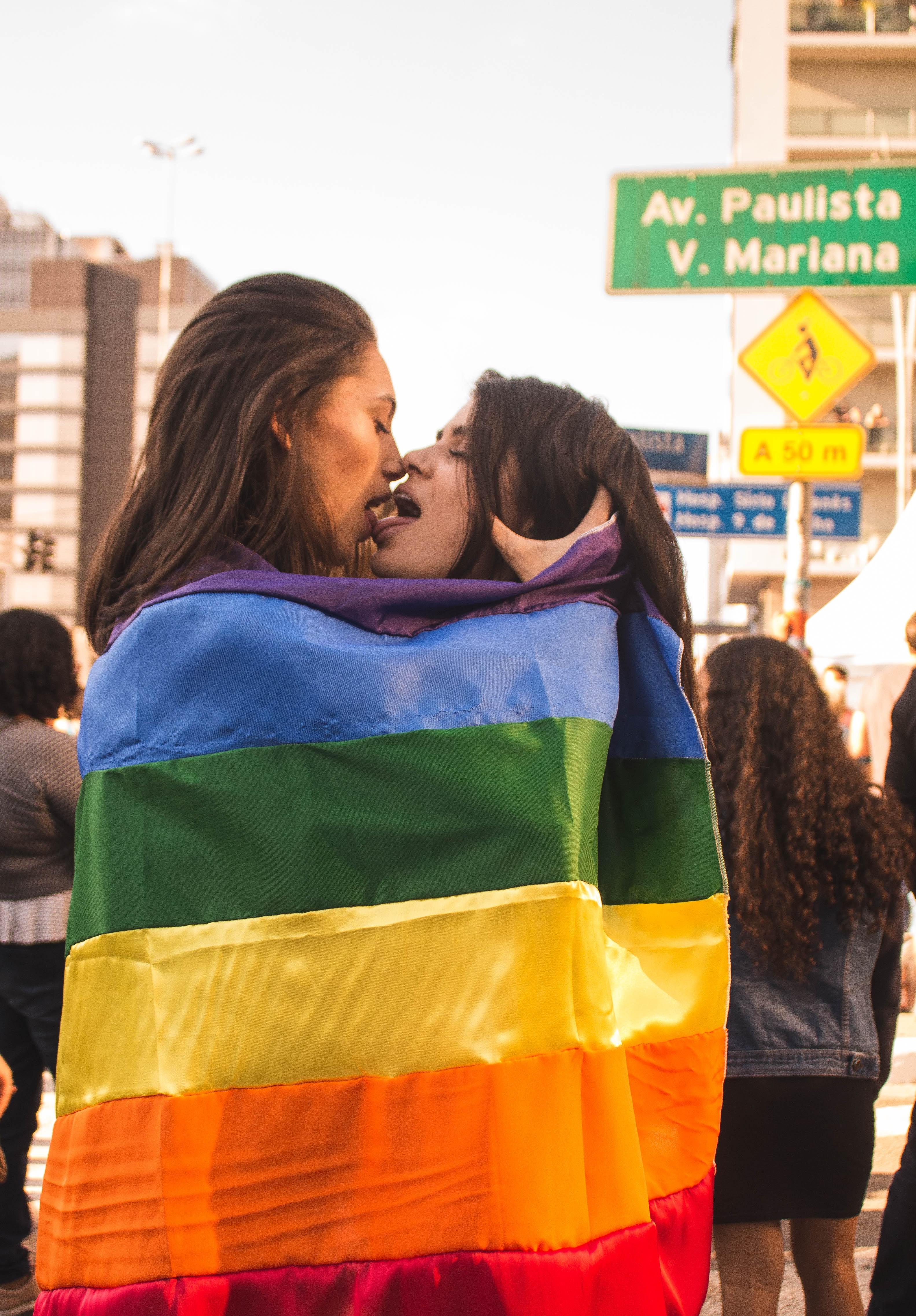 Sich küssen zwei frauen Frauen lieben