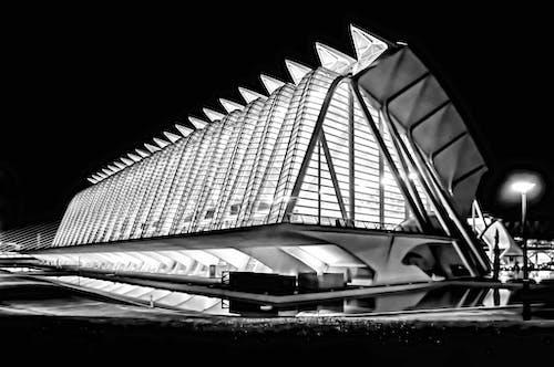 Gratis lagerfoto af arkitektur, bygning, refleksion, sort-hvid