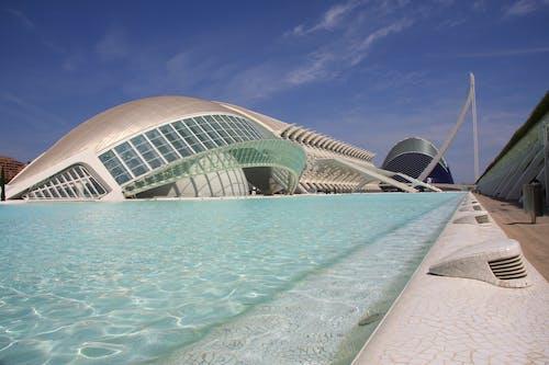 Darmowe zdjęcie z galerii z architektura, basen, brzeg basenu, budynek