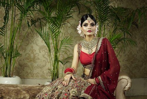 傳統服飾, 印度女人, 咖啡色頭髮的女人, 坐 的 免費圖庫相片