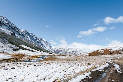 눈 덮힌 산의 사진