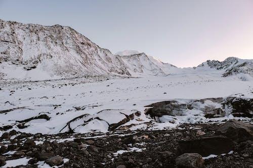 Kostnadsfri bild av bakgrund, berg, bergstopp, dagsljus