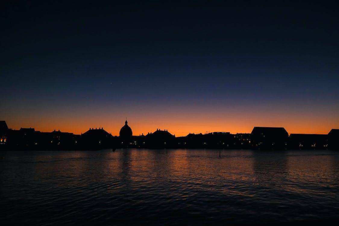 Ночной вид на город у озера