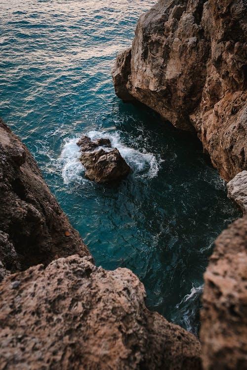 Kostnadsfri bild av dagsljus, hav, klippa, klippformation