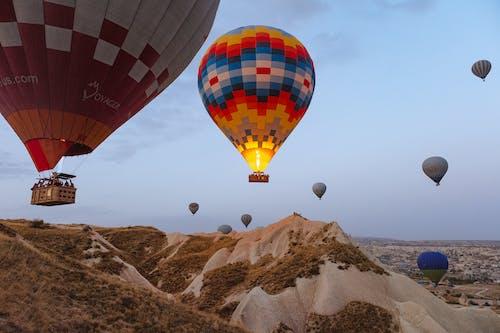 Darmowe zdjęcie z galerii z balony na gorące powietrze, chmury, dzień, góry