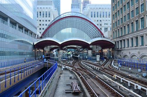 Безкоштовне стокове фото на тему «архітектура, багатоповерхова будівля, будівлі, Громадський транспорт»