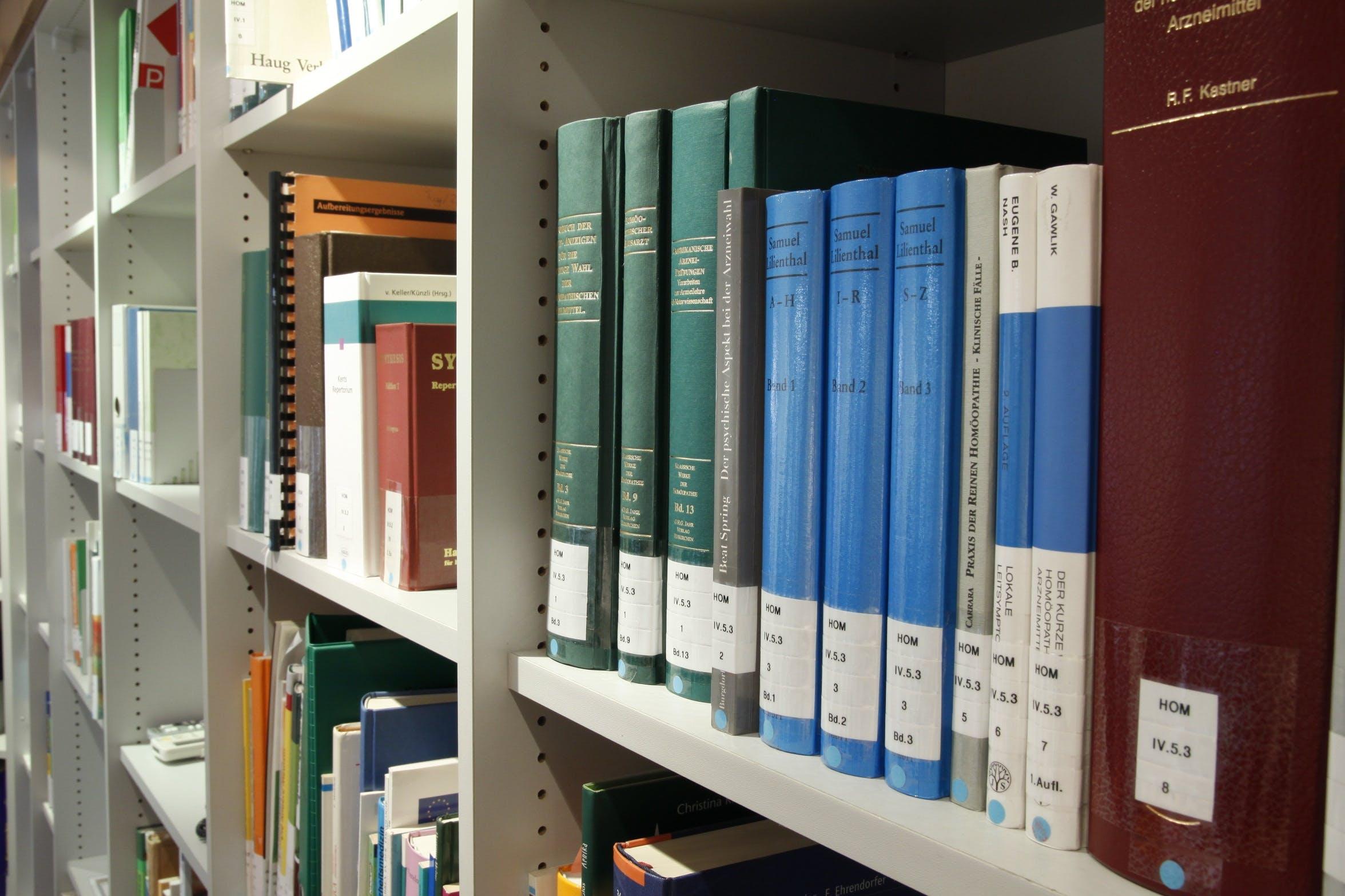 Foto profissional grátis de aprendendo, aprender, arrumado, biblioteca