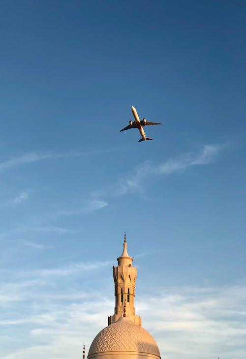 Gratis lagerfoto af arkitektur, blå himmel, dagslys, fly