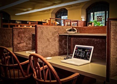 Gratis stockfoto met architectuur, binnenshuis, bureau, computer