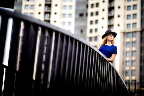 Безкоштовне стокове фото на тему «біляве волосся, дивитися вбік, жінка, капелюх»