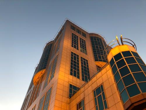 Ilmainen kuvapankkikuva tunnisteilla alakulma, arkkitehtuuri, ikkunat, ilta