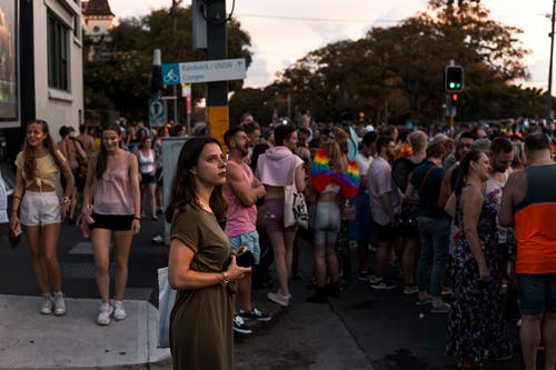 Foto stok gratis berambut cokelat, berkelompok, grup, jalan