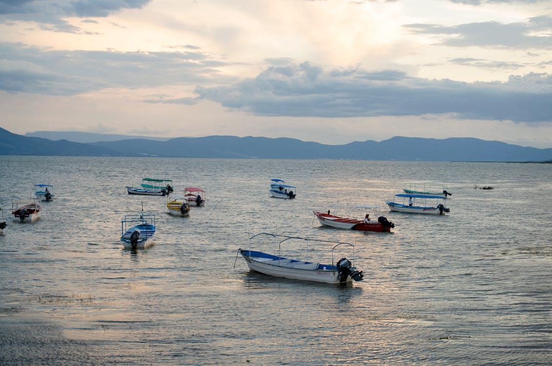 a orillas del lago, lago, lanchas motoras