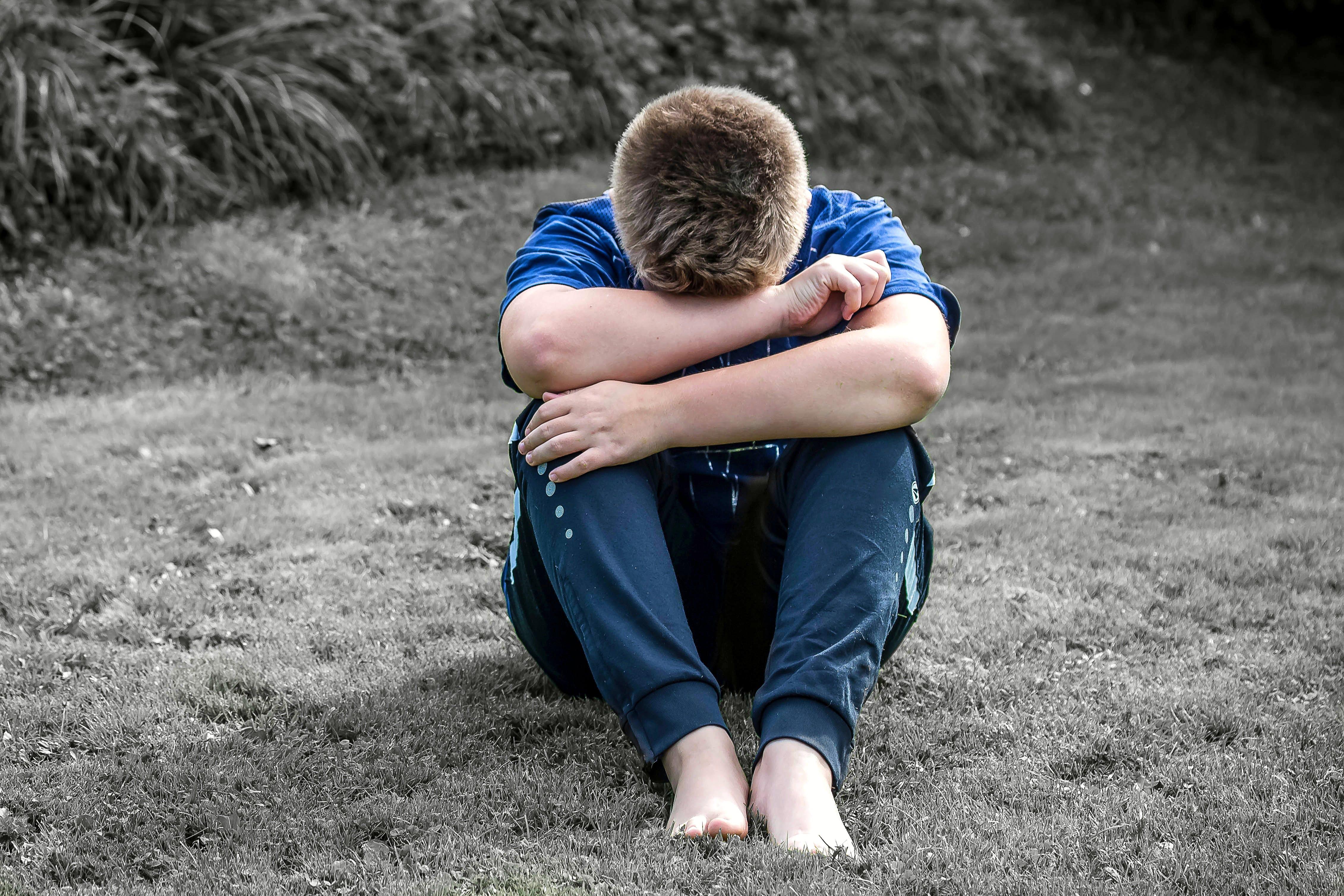 Mann sitzt weinend auf Boden | Quelle: Pexels