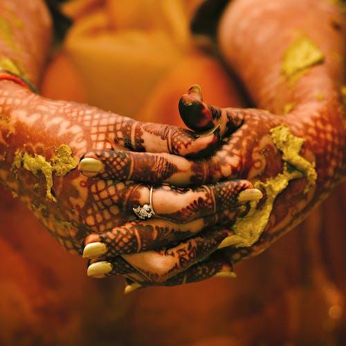 Бесплатное стоковое фото с гвозди, пальцы, размытый фон, руки