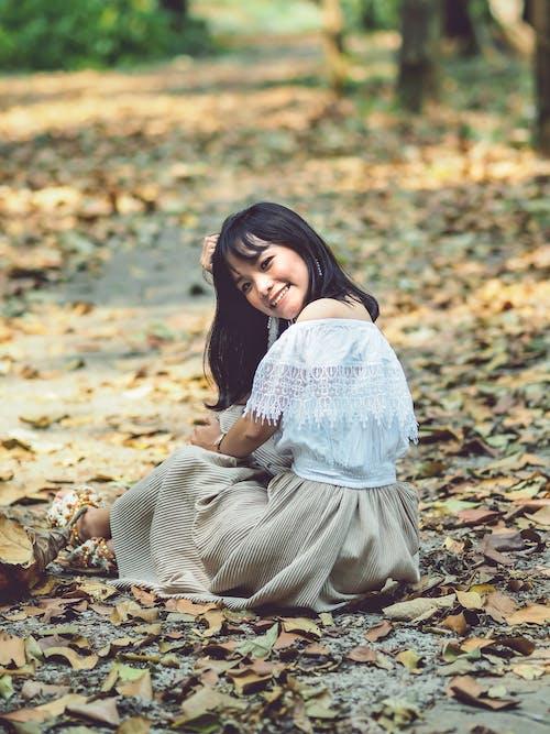 Immagine gratuita di donna, estate, felicità, foglie autunnali