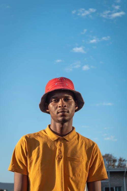 adam, afrikalı amerikalı adam, ayakta, bakmak içeren Ücretsiz stok fotoğraf