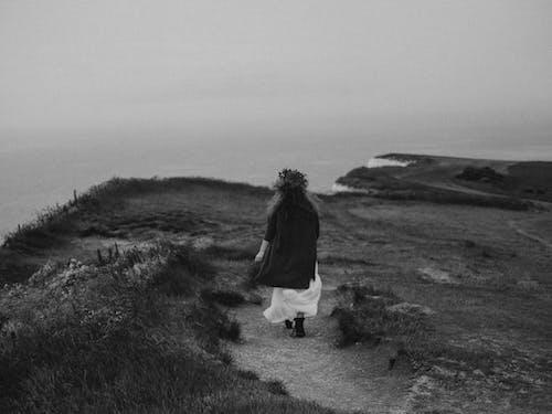 Δωρεάν στοκ φωτογραφιών με ασπρόμαυρες φωτογραφίες εξωφύλλου, γκρεμός, γυναίκα, κλίμακα του γκρι