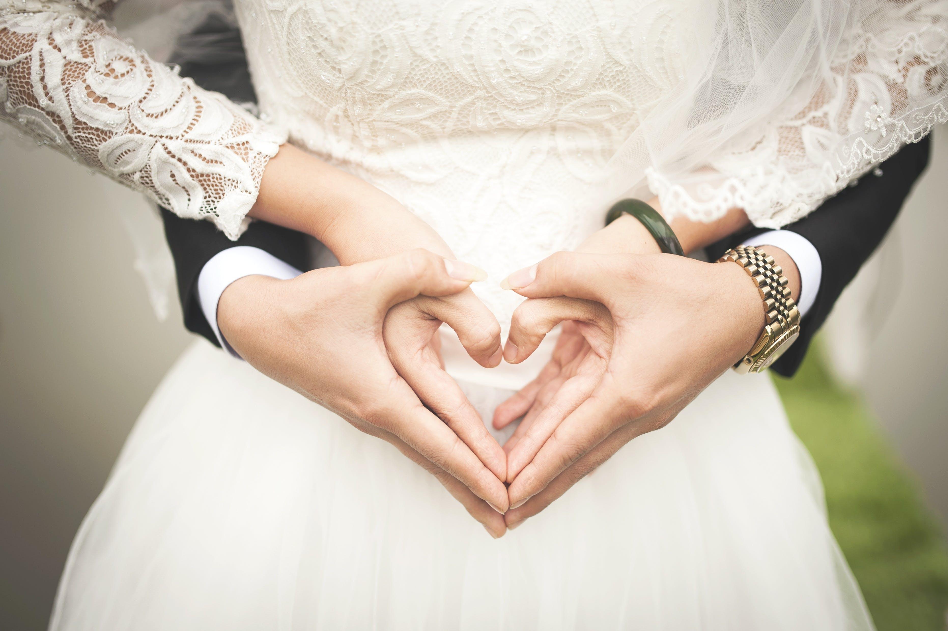 Kostenloses Stock Foto zu braut, bräutigam, drinnen, ehe