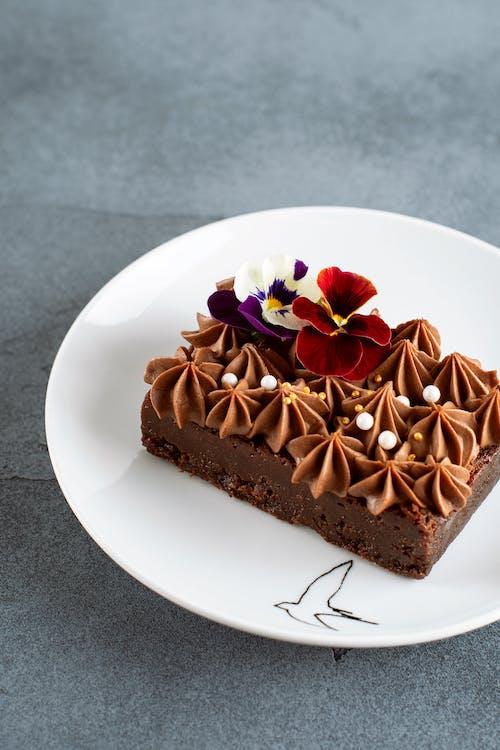 Foto profissional grátis de alimento, balas, bolo, bolo de chocolate