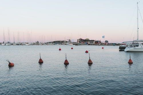 4k duvar kağıdı, akşam karanlığı, dalgalar, deniz araçları içeren Ücretsiz stok fotoğraf
