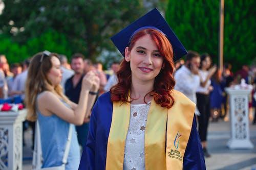 Kostenloses Stock Foto zu abschlusskleid, absolvent, absolventenmütze, attraktiv