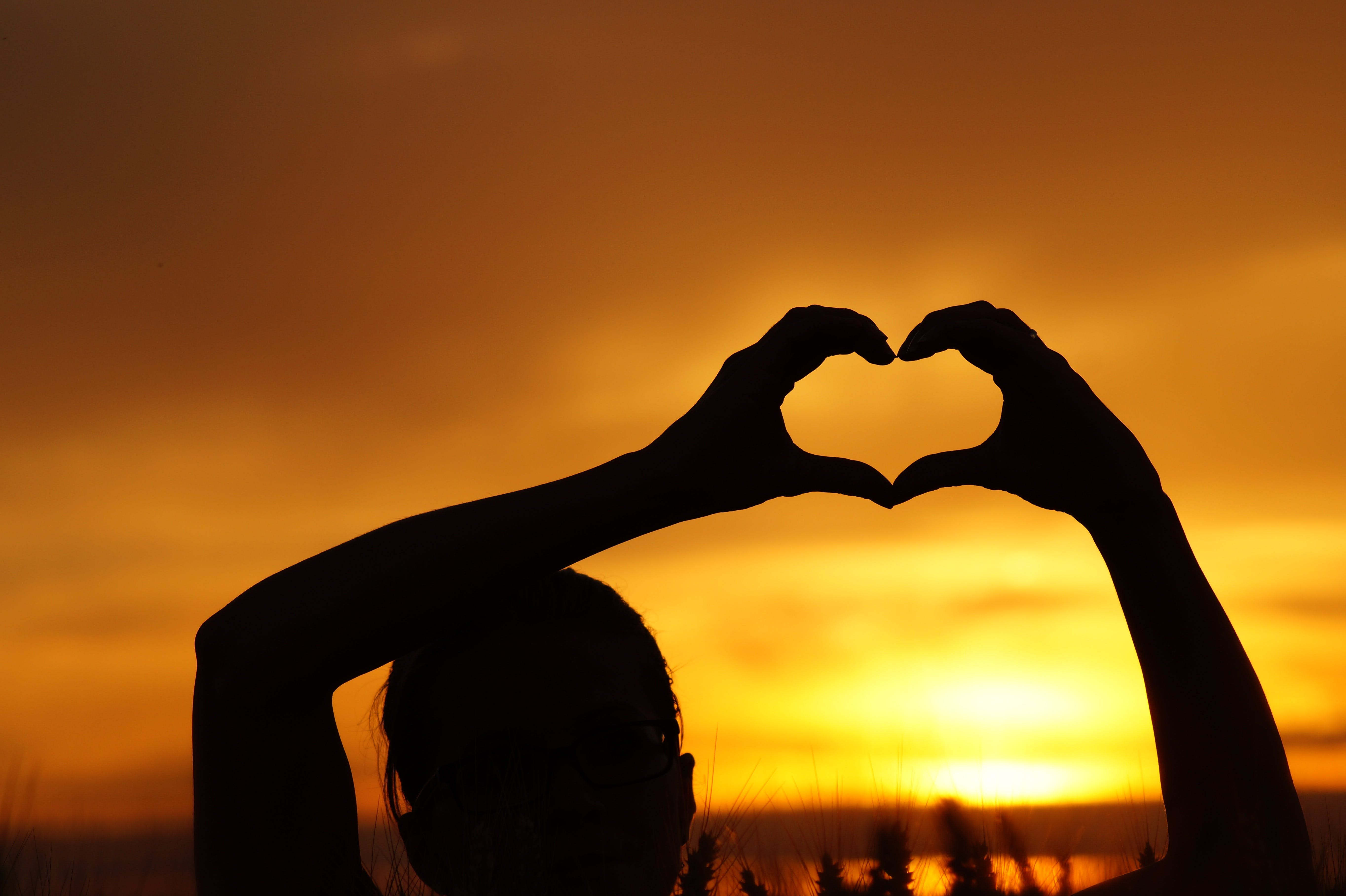 Gratis stockfoto met achtergrondlicht, dageraad, handen, hart