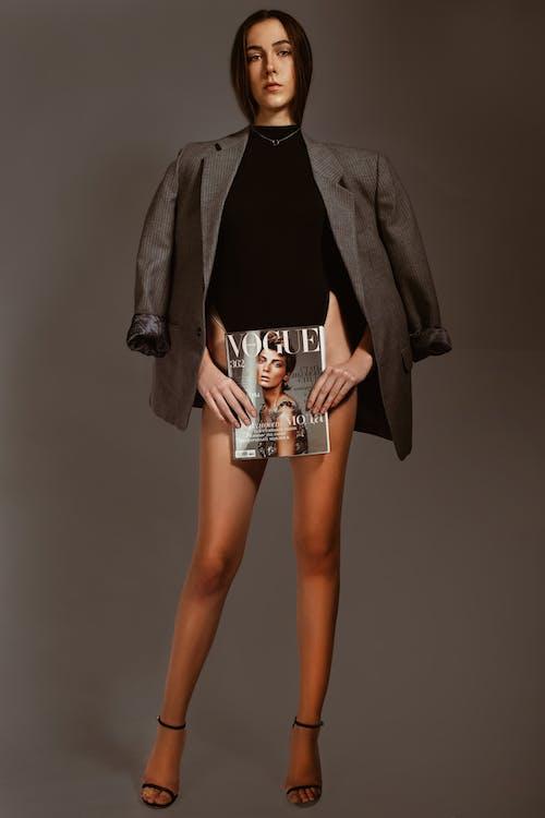 Kostenloses Stock Foto zu attraktiv, beine, body, buch