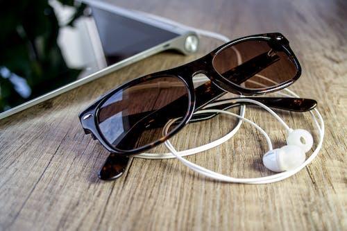 gözlük, Güneş gözlüğü, kulaklıklar, moda içeren Ücretsiz stok fotoğraf