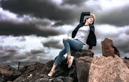 구름, 구름 낀 하늘, 까만 재킷, 모델의 무료 스톡 사진